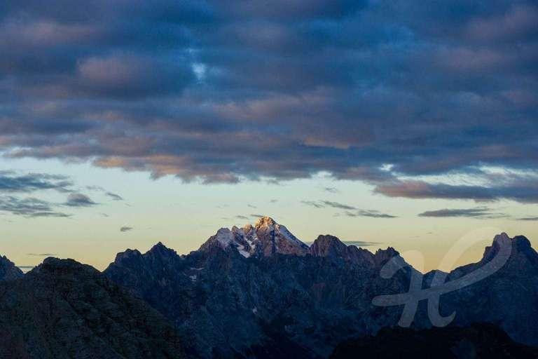 Wenn die ersten Sonnenstrahlen die Berge treffen