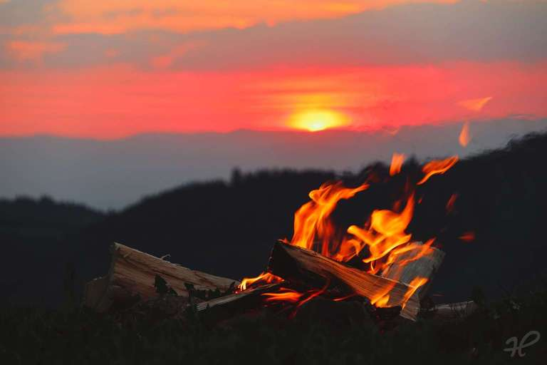 Lagerfeuer im Abendrot