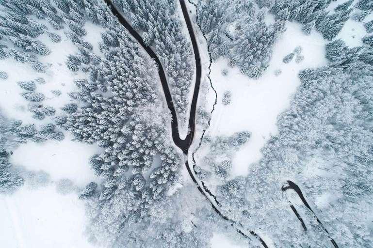 Top down Kehre im Winterwald