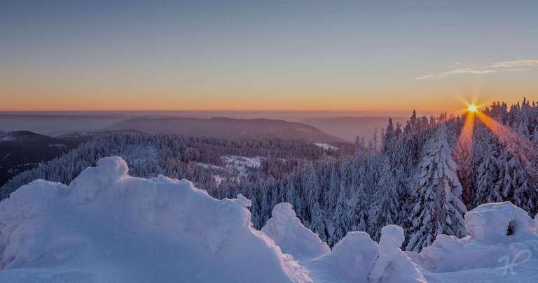Sonnenaufgang im Winter auf der Hornisgrinde
