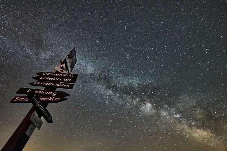 Wegweiser mit Milchstraße