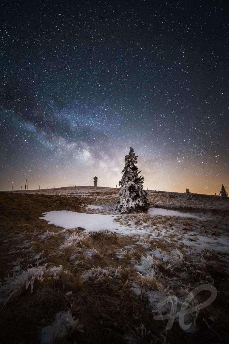 Feldberg mit Milchstraße im Winter