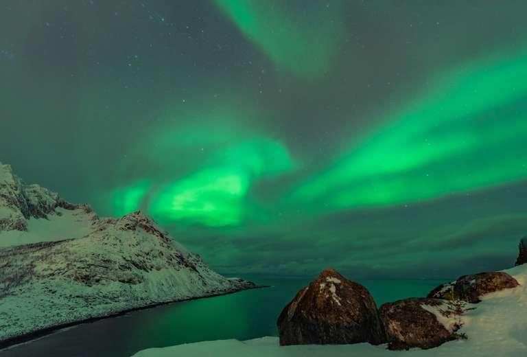 Nordlichter über dem Meer in Senja, Norwegen I