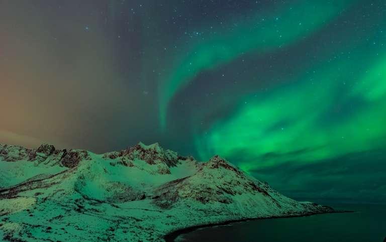 Nordlichter über dem Meer in Senja, Norwegen III