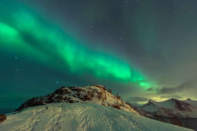 Nordlichter über dem Meer in Senja, Norwegen II