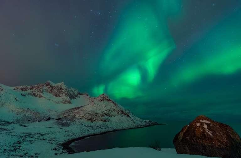 Nordlichter über dem Meer in Senja, Norwegen IV