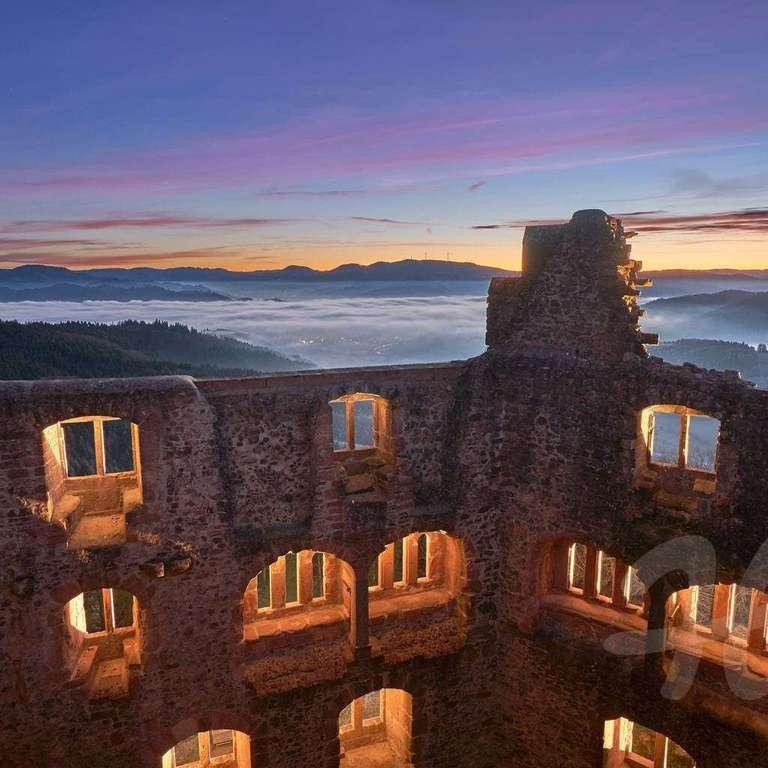 Geroldseck mit Nebel und Morgenrot