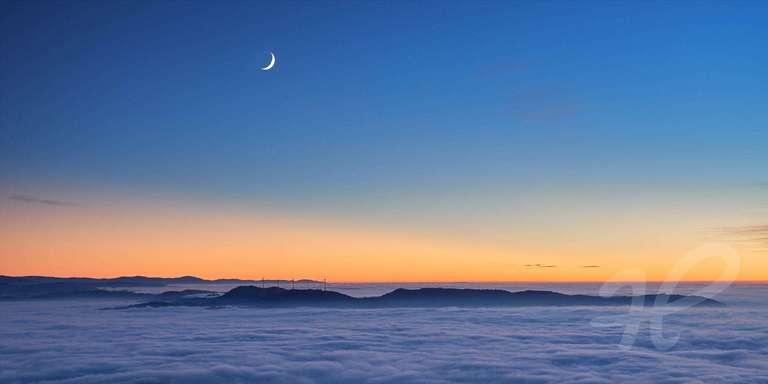 Nebelmeer mit Mond