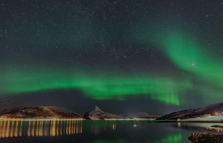 Polarlicht über einem Fjord in Senja, Norwegen