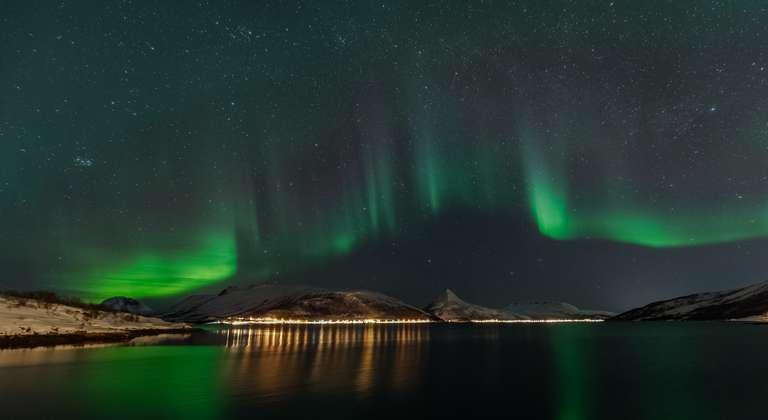 Tanzende Nordlichter über einem Fjord in Senja (I)