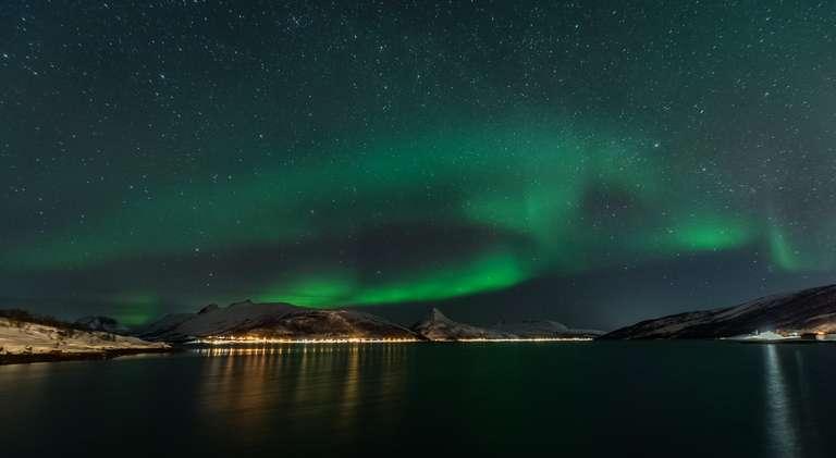 Polarlicht über einem Fjord in Senja