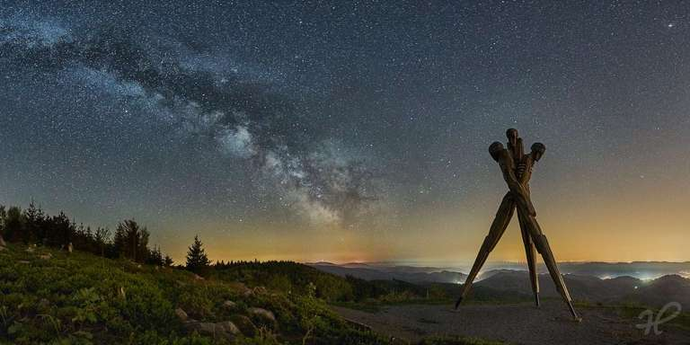 Lothardenkmal bei Nacht mit Milchstraße ohne Zelt