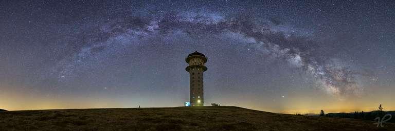 Feldbergturm mit Milchstraßenbogen