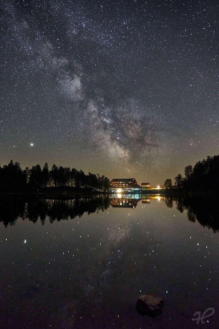 Milchstraße gespiegelt im Mummelsee