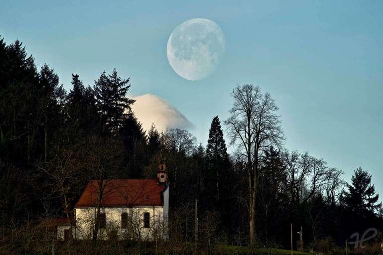 Mond über der Kapelle St. Wendel Bottenau