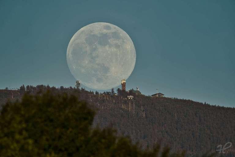 Mondaufgang hinter dem Bismarkturm auf der Hornisgrinde