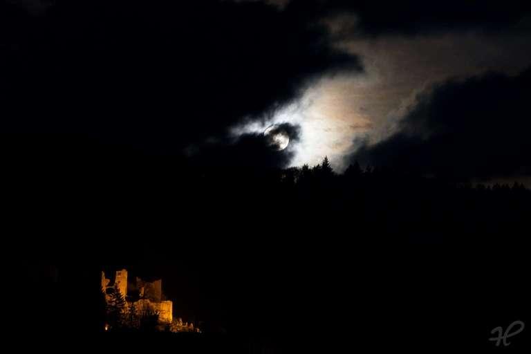 Dramatischer Mond über der Schauenburg