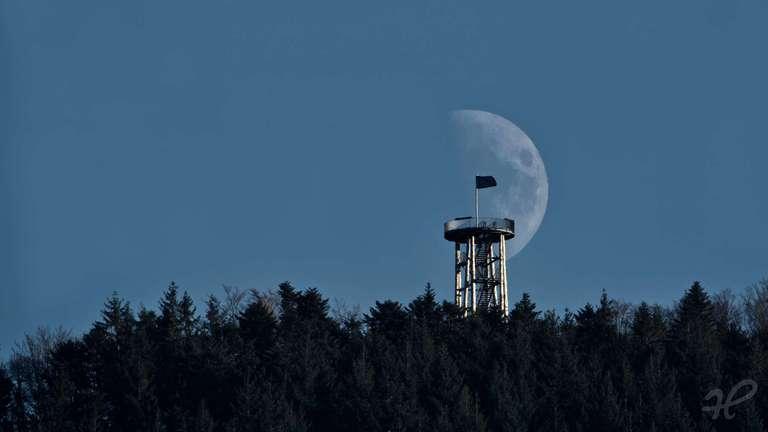 Mond hinter dem Urenkopfturm oberhalb von Haslach