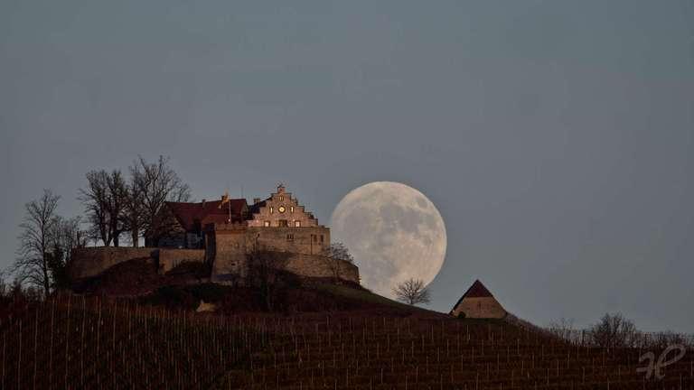 Mondaufgang hinter Schloss Staufenberg