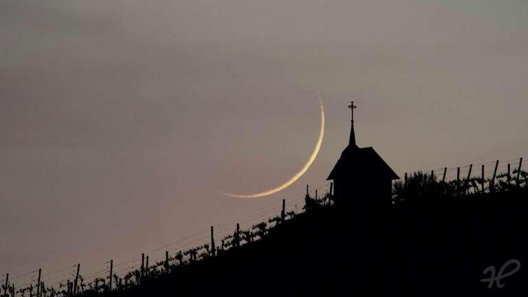 Mondsichel des zunehmenden Monds neben der Teufelskapelle oberhalb von Bottenau