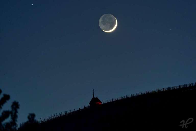 Monduntergang des zunehmenden Monds  hinter der Teufelskapelle