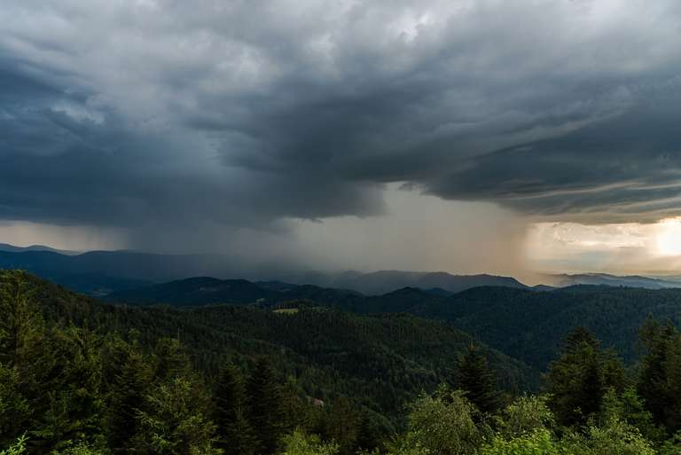 Regenfront hereinziehend über dem Schwarzwald