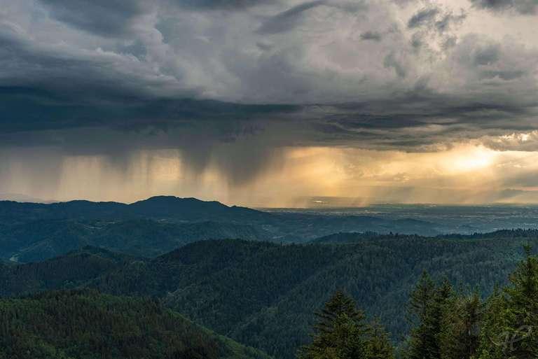 Regenfront über dem Schwarzwald