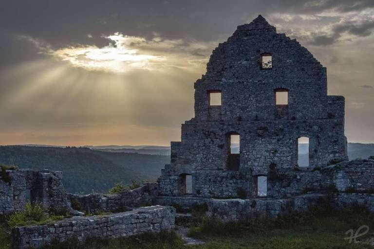 Markante Mauer der Ruine Hohenurach im Morgenlicht
