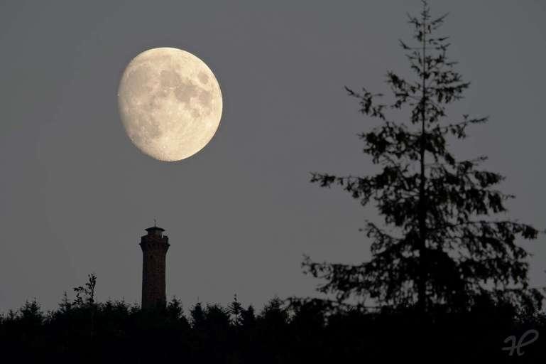 Mondaufgang über dem Moosturm