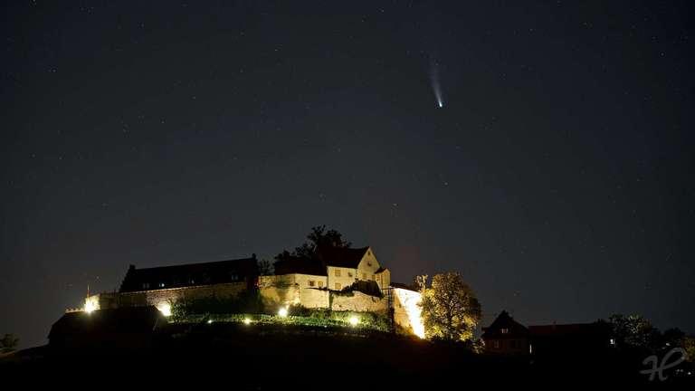 Neowise über dem beleuchteten Schloss Staufenberg