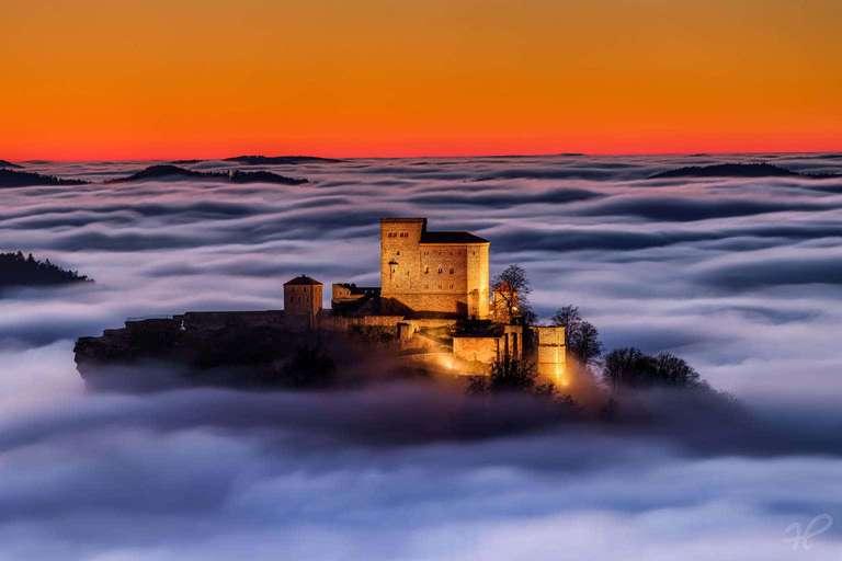 Burg Trifels - Ein Foto von Christian Fernandez Gamio. Es zeigt die Burg Trifels in der Pfalz an einem nebligen Tag. Das Foto wird durch Heimatfotos als hochwertiges Wandbild angeboten