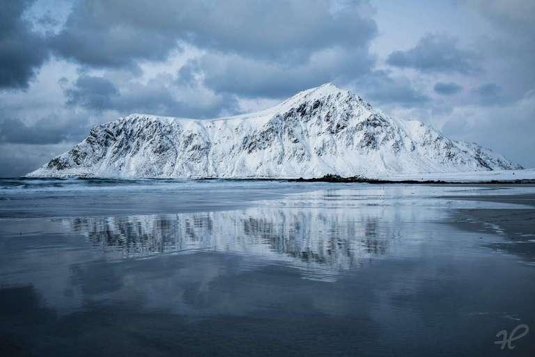 Schneebedeckte Berge auf den Lofoten