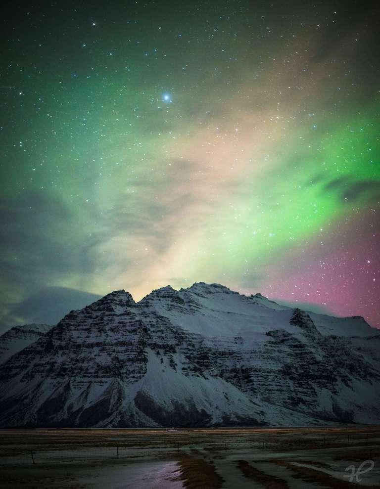 Nordlicht über einer Bergkette