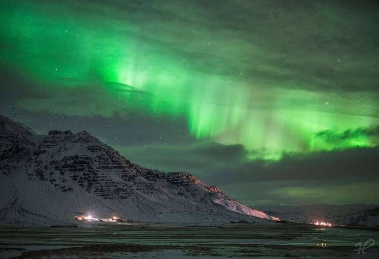 Polarlicht über einer Siedlung