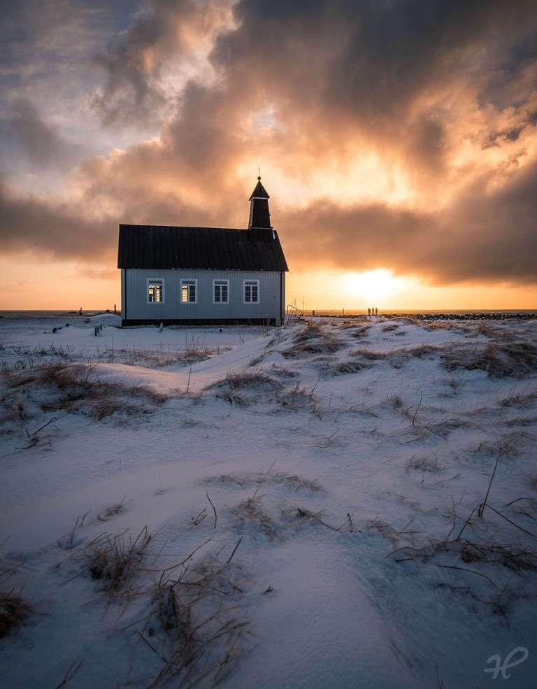 Abendstimmung an einer Kirche auf Island