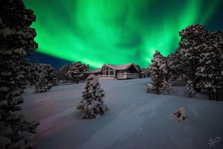 Polarlicht an einer Hütte in Norwegen