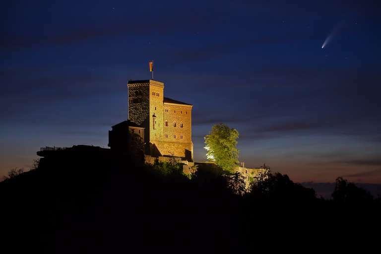 Komet Neowise über der Reichsburg Trifels