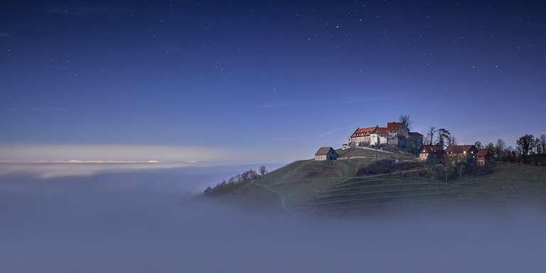 Durbacher Schloss bei Nebel im Mondschein