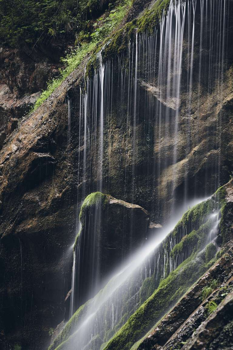 Wasserfall in einer Klamm im Berchtesgadener Land - Ein Kunstvolles Foto von Matthias Conrad aus den Bayerischen Alpen. Es zeigt einen Wasserfall in den Alpen. Diese Foto ist als hochwertiger Fine Art Print verfügbar. Auch als Wandbild auf Alu-Dibond, Leinwand oder auf Holz macht sich das Motiv gut.