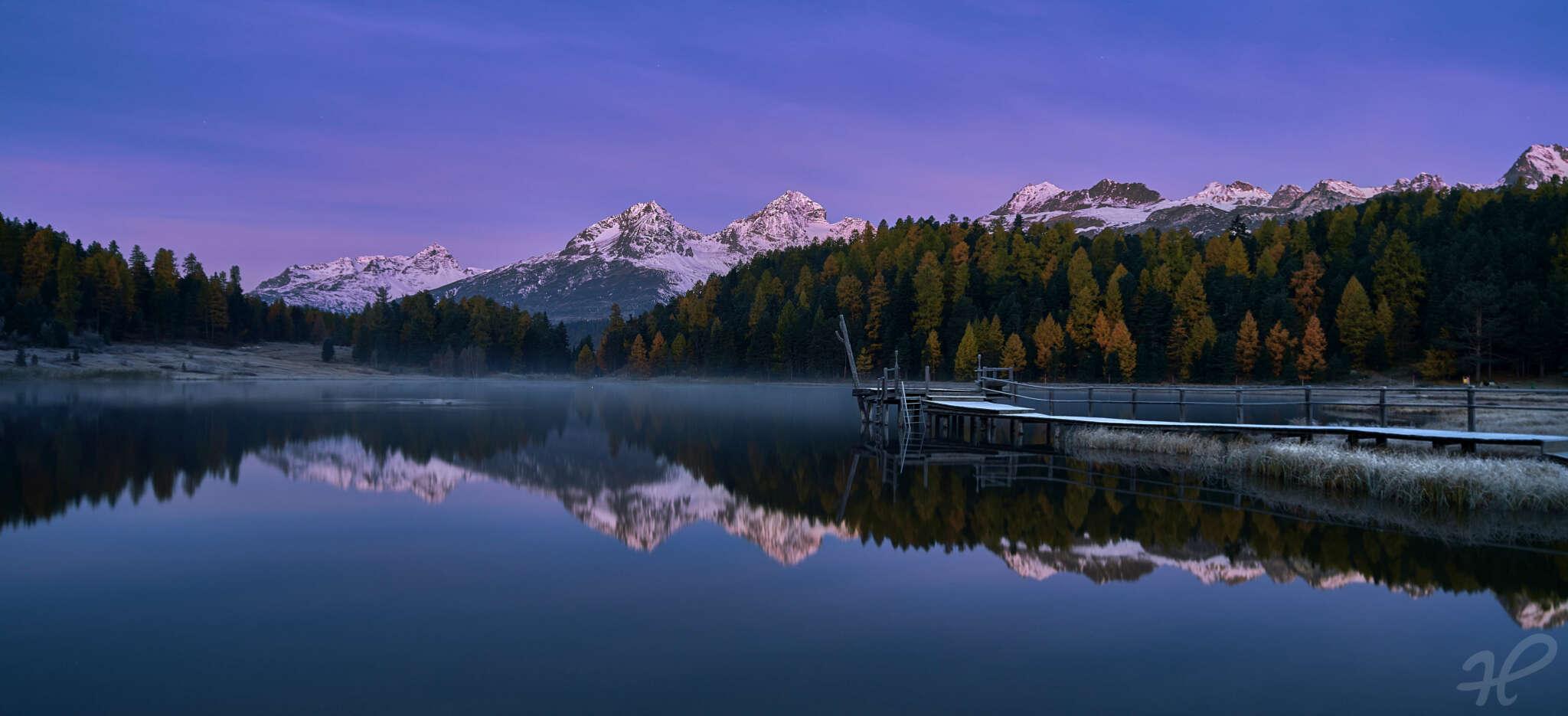 Blaue Stunde an einem See im Engadin