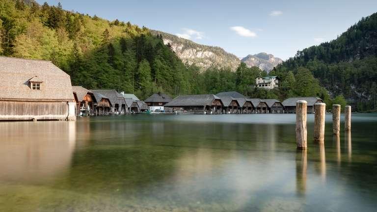 Bootshütten am Seeufer