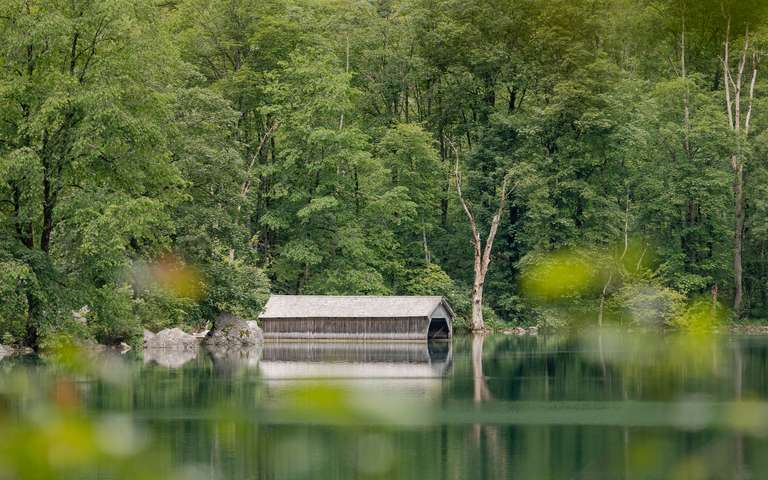 Spiegelung am Bergsee mit Hütte 2