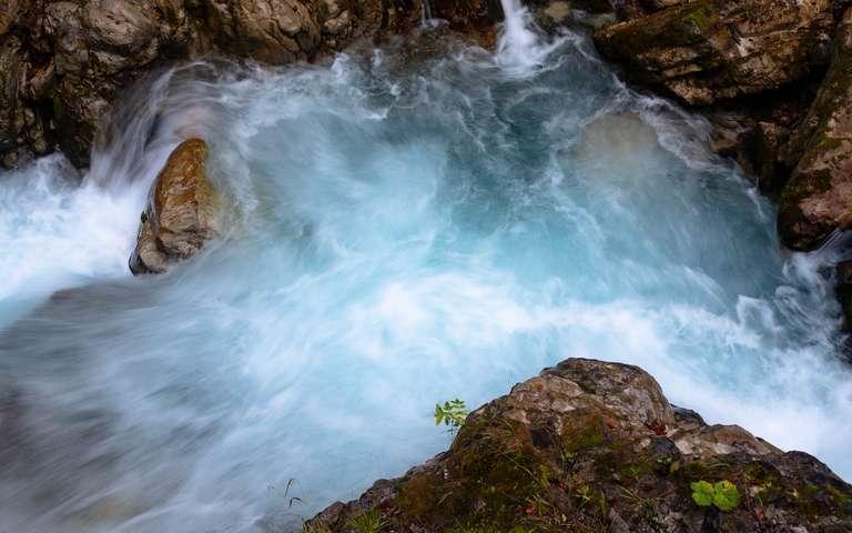 blaues Bergwasser