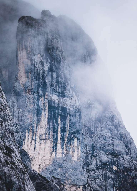 Berggipfel in dramatischen Wolken 7