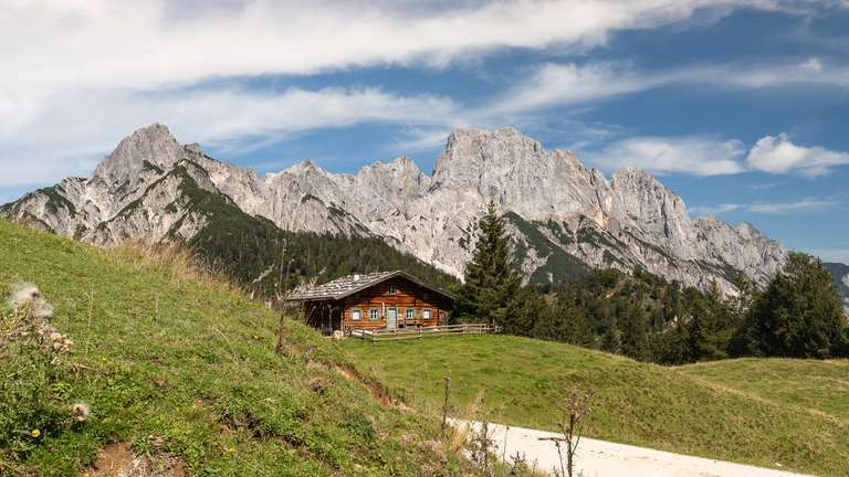 Berghütte vor Alpenpanorama