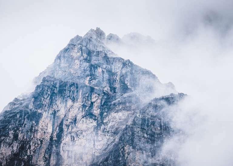 Berggipfel in dramatischen Wolken 3