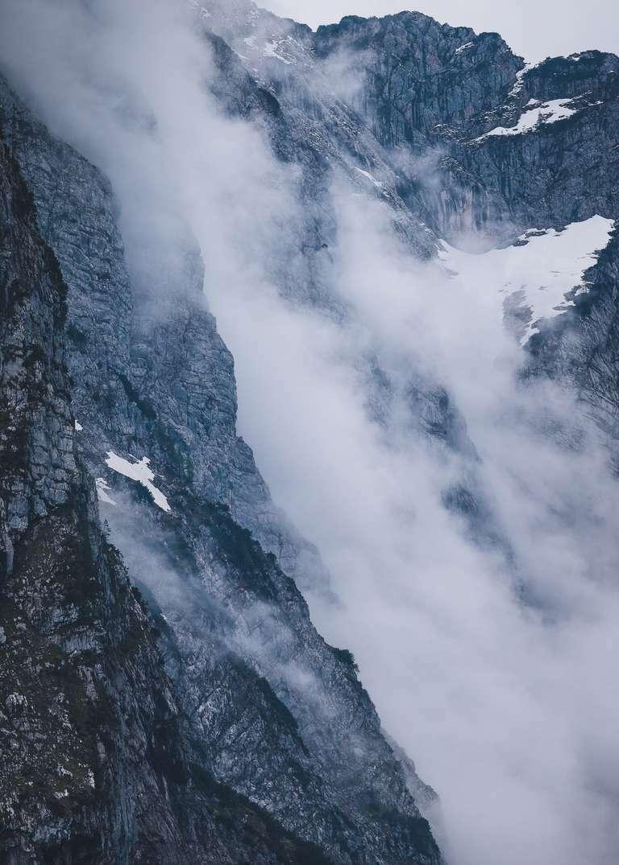 Berggipfel in dramatischen Wolken 4