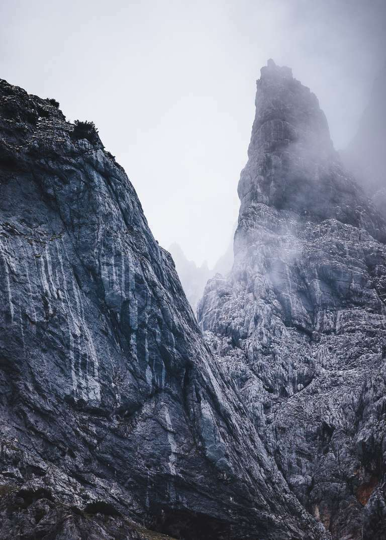 Berggipfel in dramatischen Wolken 6