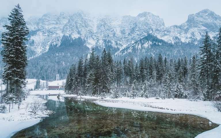 Bergsee in der Winterlandschaft