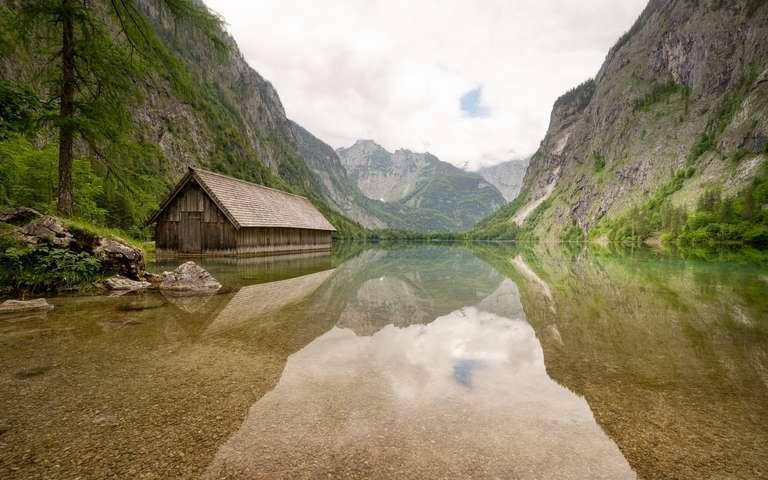 Spiegelung am Bergsee mit Hütte 3